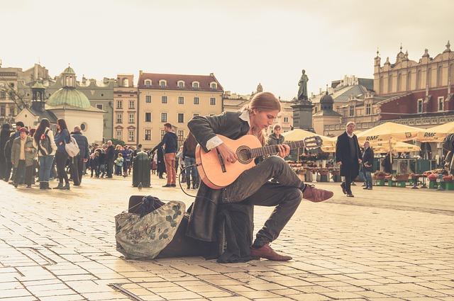 Występy ulicznych muzyków cieszą się dużym powodzeniem. W końcu nie jedna gwiazda tak zaczynała swoją karierę